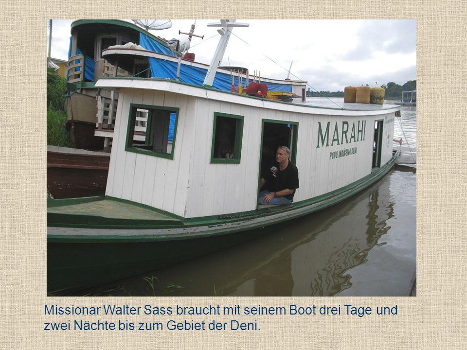 Missionar Walter Sass braucht mit seinem Boot drei Tage und zwei Nächte bis zum Gebiet der Deni.