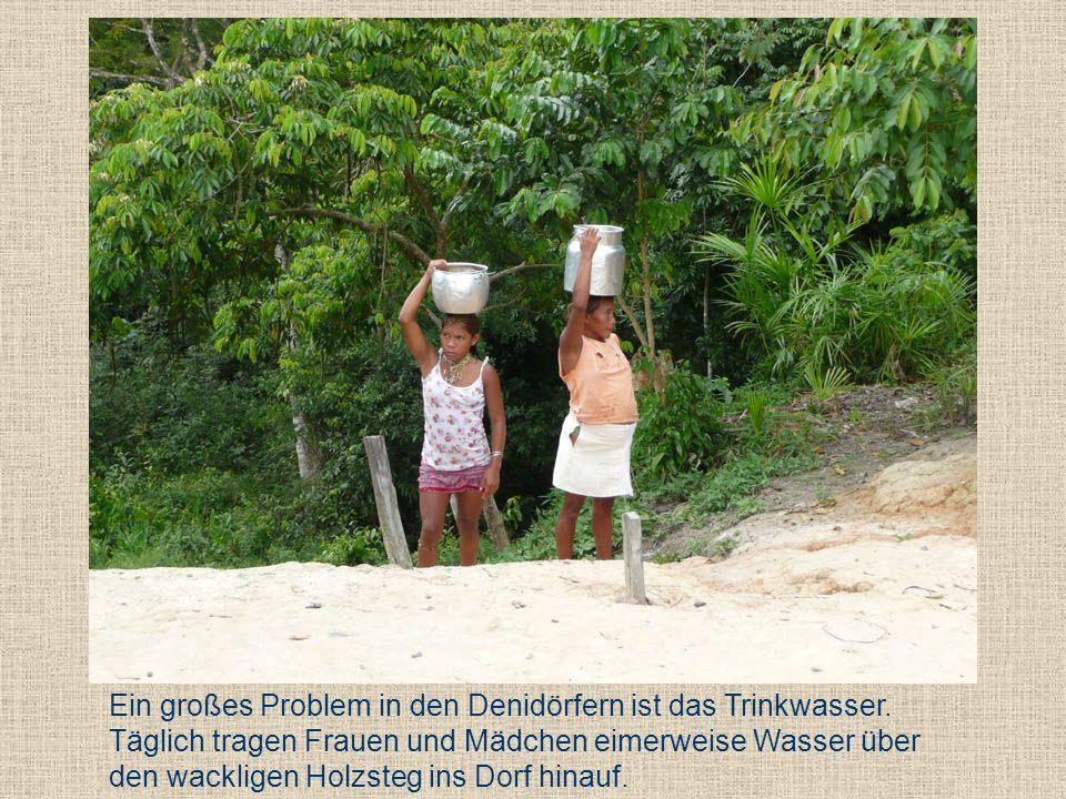 Ein großes Problem in den Denidörfern ist das Trinkwasser. Täglich tragen Frauen und Mädchen eimerweise Wasser über den wackligen Holzsteg ins Dorf hi
