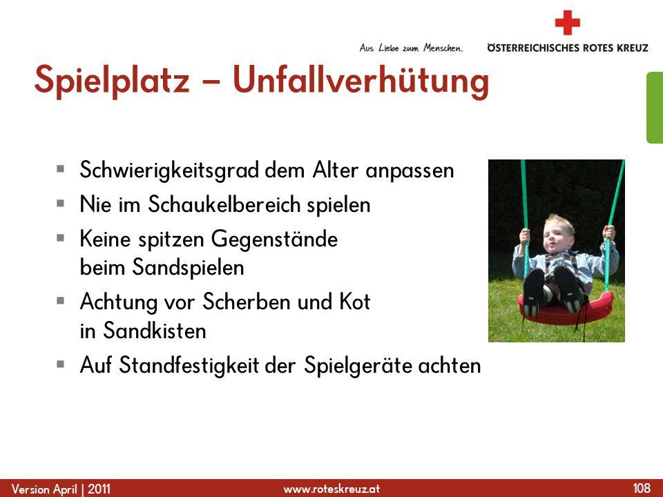 www.roteskreuz.at Version April | 2011 Spielplatz – Unfallverhütung  Schwierigkeitsgrad dem Alter anpassen  Nie im Schaukelbereich spielen  Keine s