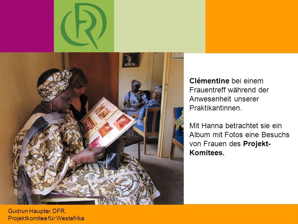 Gudrun Haupter, DFR, Projektkomitee für Westafrika Clémentine bei einem Frauentreff während der Anwesenheit unserer Praktikantinnen. Mit Hanna betrach