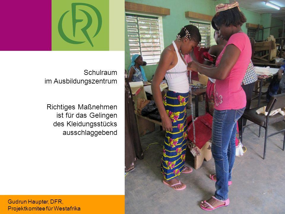 Gudrun Haupter, DFR, Projektkomitee für Westafrika Schulraum im Ausbildungszentrum Richtiges Maßnehmen ist für das Gelingen des Kleidungsstücks aussch