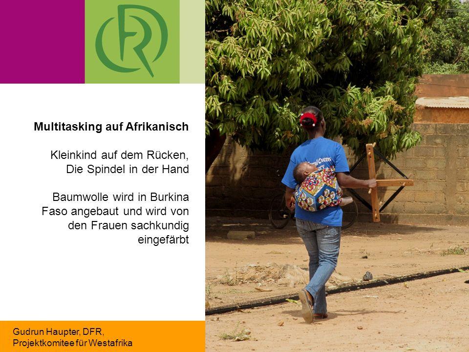 Gudrun Haupter, DFR, Projektkomitee für Westafrika Multitasking auf Afrikanisch Kleinkind auf dem Rücken, Die Spindel in der Hand Baumwolle wird in Burkina Faso angebaut und wird von den Frauen sachkundig eingefärbt