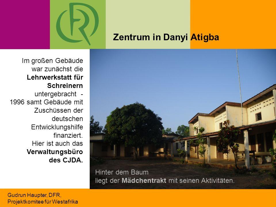 Gudrun Haupter, DFR, Projektkomitee für Westafrika Im großen Gebäude war zunächst die Lehrwerkstatt für Schreinern untergebracht - 1996 samt Gebäude m