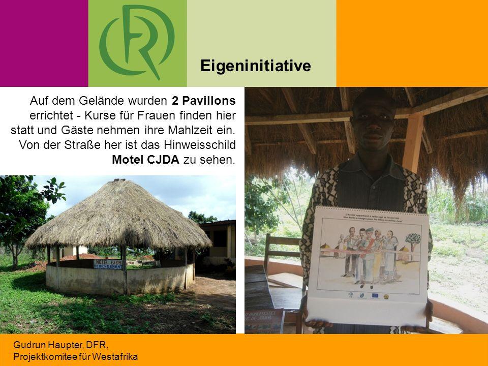 Gudrun Haupter, DFR, Projektkomitee für Westafrika Auf dem Gelände wurden 2 Pavillons errichtet - Kurse für Frauen finden hier statt und Gäste nehmen
