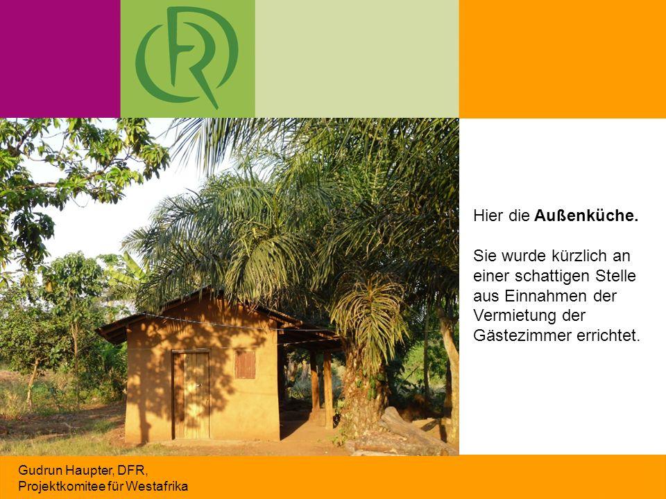 Gudrun Haupter, DFR, Projektkomitee für Westafrika Hier die Außenküche. Sie wurde kürzlich an einer schattigen Stelle aus Einnahmen der Vermietung der