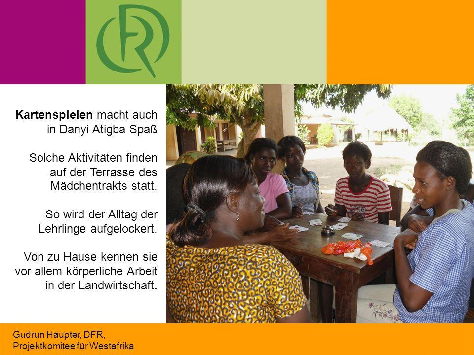 Gudrun Haupter, DFR, Projektkomitee für Westafrika Kartenspielen macht auch in Danyi Atigba Spaß Solche Aktivitäten finden auf der Terrasse des Mädche