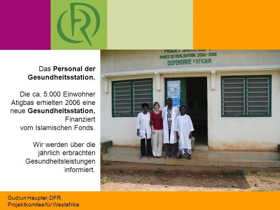 Gudrun Haupter, DFR, Projektkomitee für Westafrika Das Personal der Gesundheitsstation. Die ca. 5.000 Einwohner Atigbas erhielten 2006 eine neue Gesun