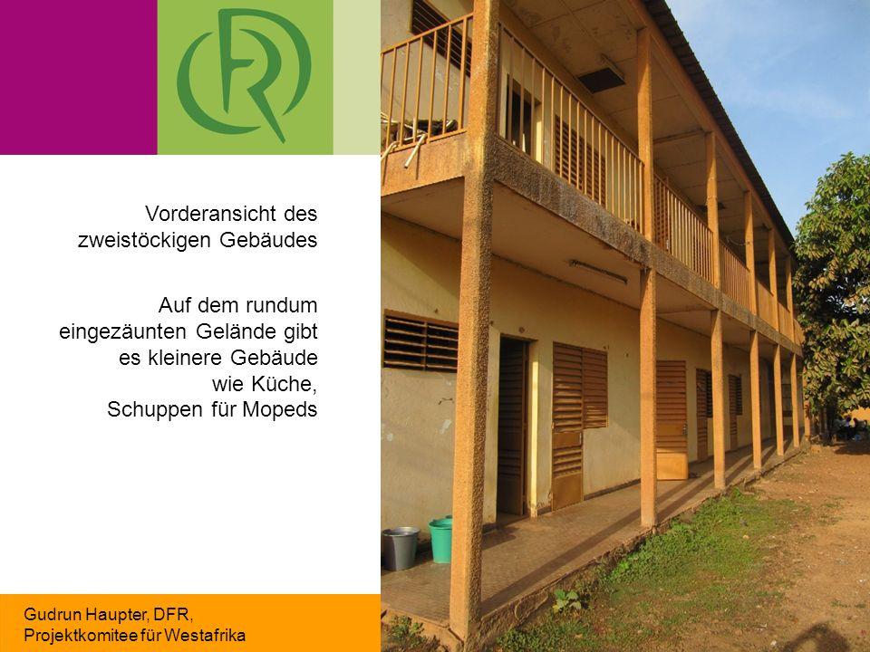 Gudrun Haupter, DFR, Projektkomitee für Westafrika Vorderansicht des zweistöckigen Gebäudes Auf dem rundum eingezäunten Gelände gibt es kleinere Gebäude wie Küche, Schuppen für Mopeds