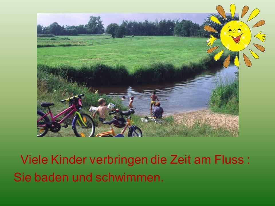 Viele Kinder verbringen die Zeit am Fluss : Sie baden und schwimmen.