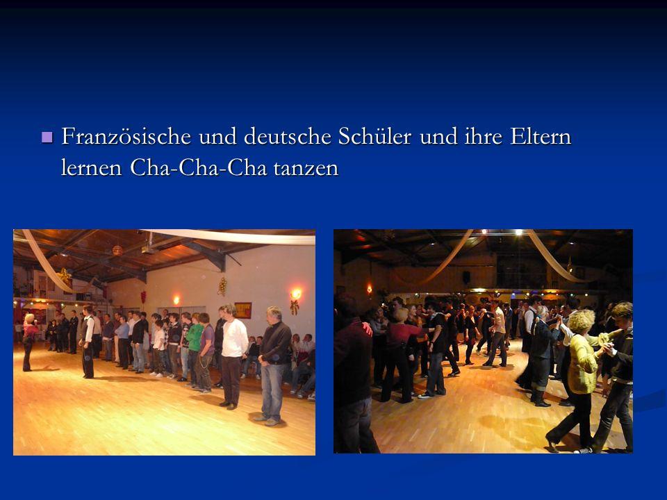 Französische und deutsche Schüler und ihre Eltern lernen Cha-Cha-Cha tanzen Französische und deutsche Schüler und ihre Eltern lernen Cha-Cha-Cha tanze