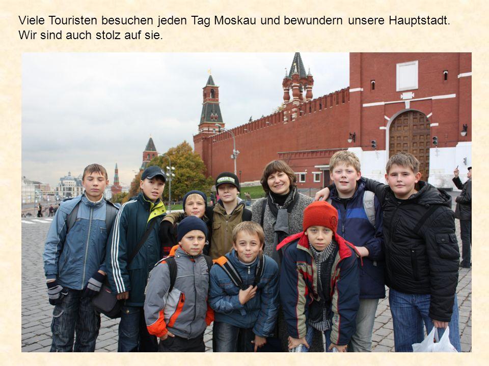 Viele Touristen besuchen jeden Tag Moskau und bewundern unsere Hauptstadt.