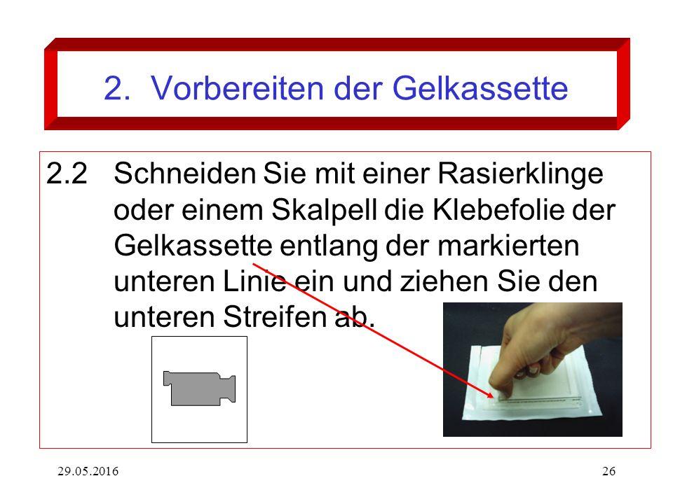 29.05.201626 2. Vorbereiten der Gelkassette 2.2Schneiden Sie mit einer Rasierklinge oder einem Skalpell die Klebefolie der Gelkassette entlang der mar