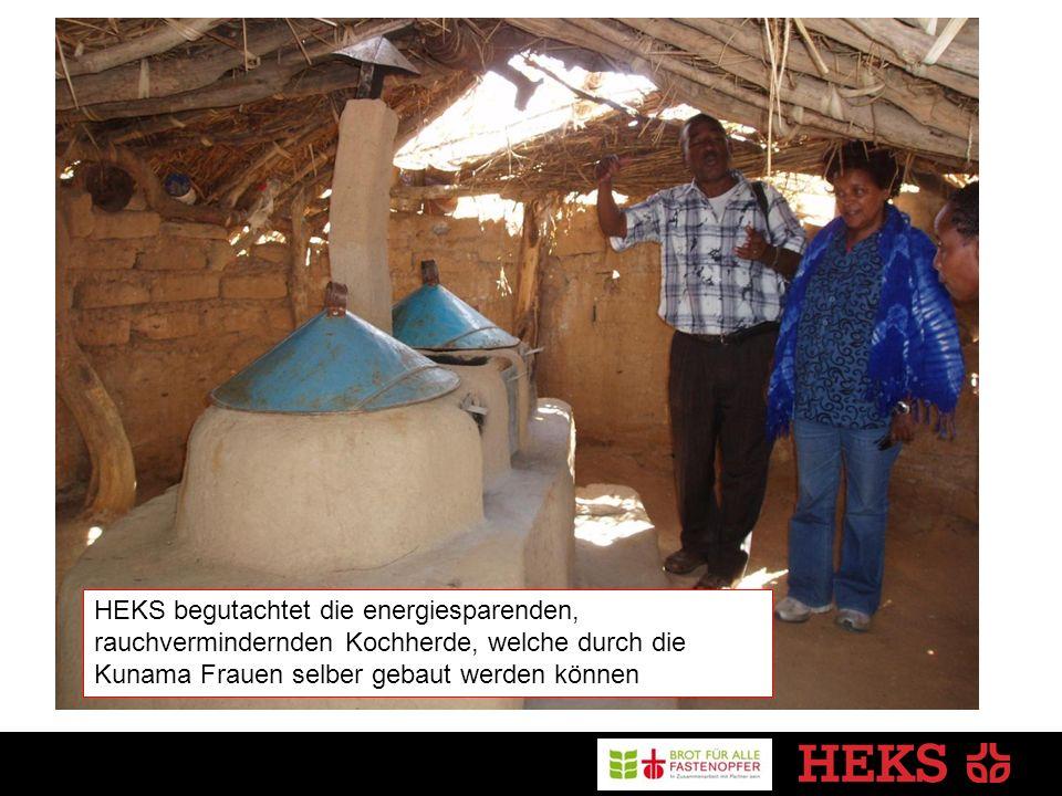 HEKS begutachtet die energiesparenden, rauchvermindernden Kochherde, welche durch die Kunama Frauen selber gebaut werden können