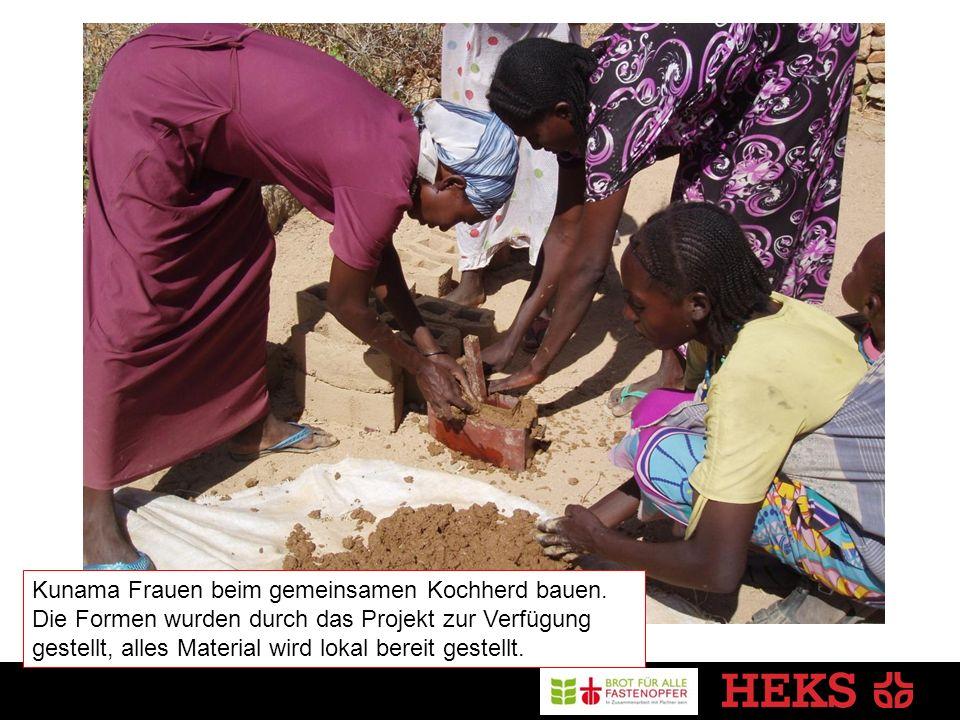 Kunama Frauen beim gemeinsamen Kochherd bauen.