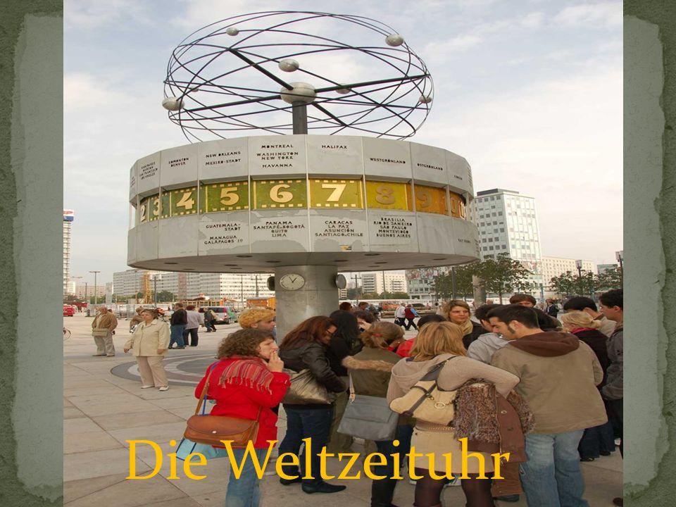 Die Urania- Weltzeituhr auf dem Alexanderplatz zeigt die Zeit in Berlin und in anderen Städten der Welt an.