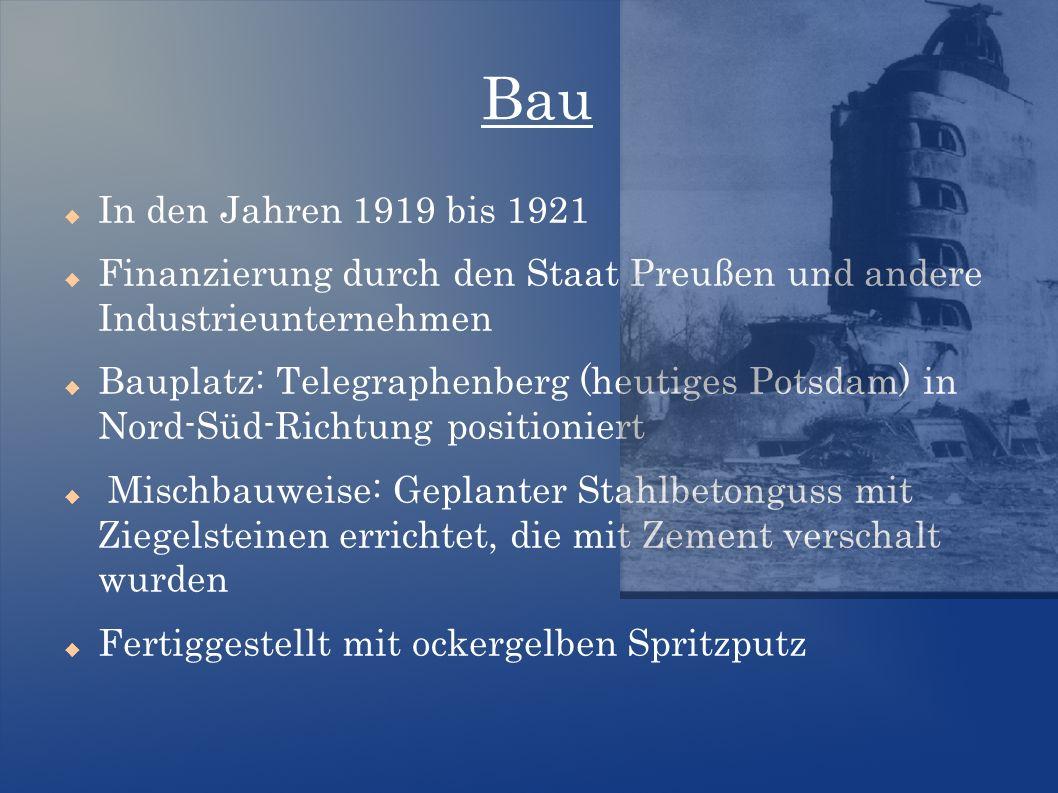 Bau  In den Jahren 1919 bis 1921  Finanzierung durch den Staat Preußen und andere Industrieunternehmen  Bauplatz: Telegraphenberg (heutiges Potsdam) in Nord-Süd-Richtung positioniert  Mischbauweise: Geplanter Stahlbetonguss mit Ziegelsteinen errichtet, die mit Zement verschalt wurden  Fertiggestellt mit ockergelben Spritzputz