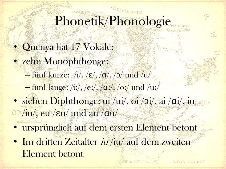 Quenya hat 17 Vokale: zehn Monophthonge: – fünf kurze: /i/, / ɛ /, / ɑ /, / ɔ / und /u/ – fünf lange: /i ː /, /e ː /, / ɑː /, /o ː / und /u ː / sieben