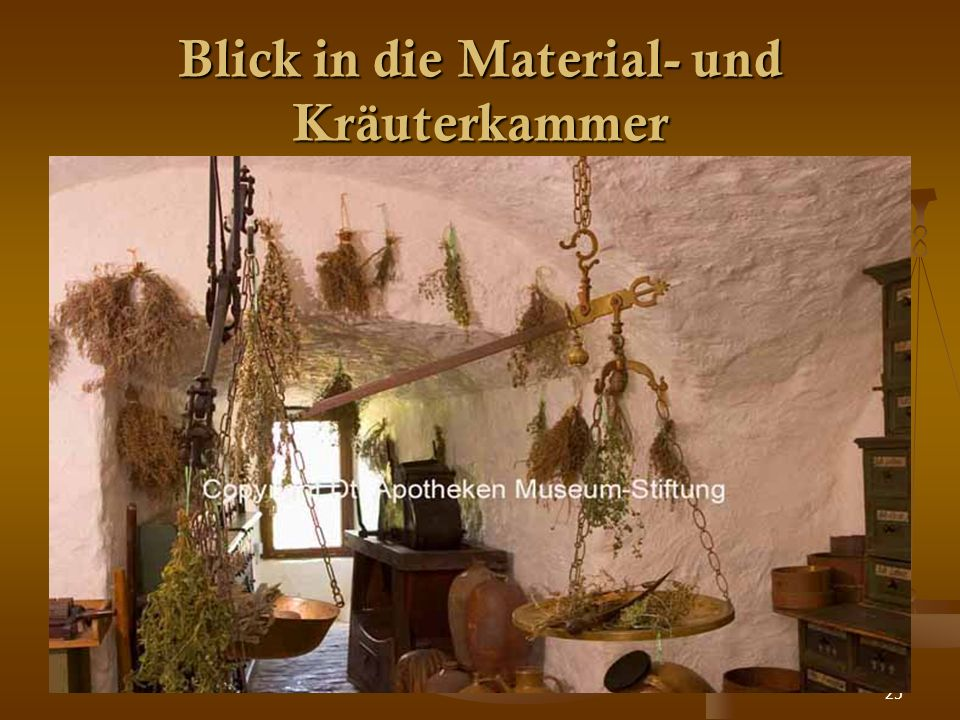 25 Blick in die Material- und Kräuterkammer