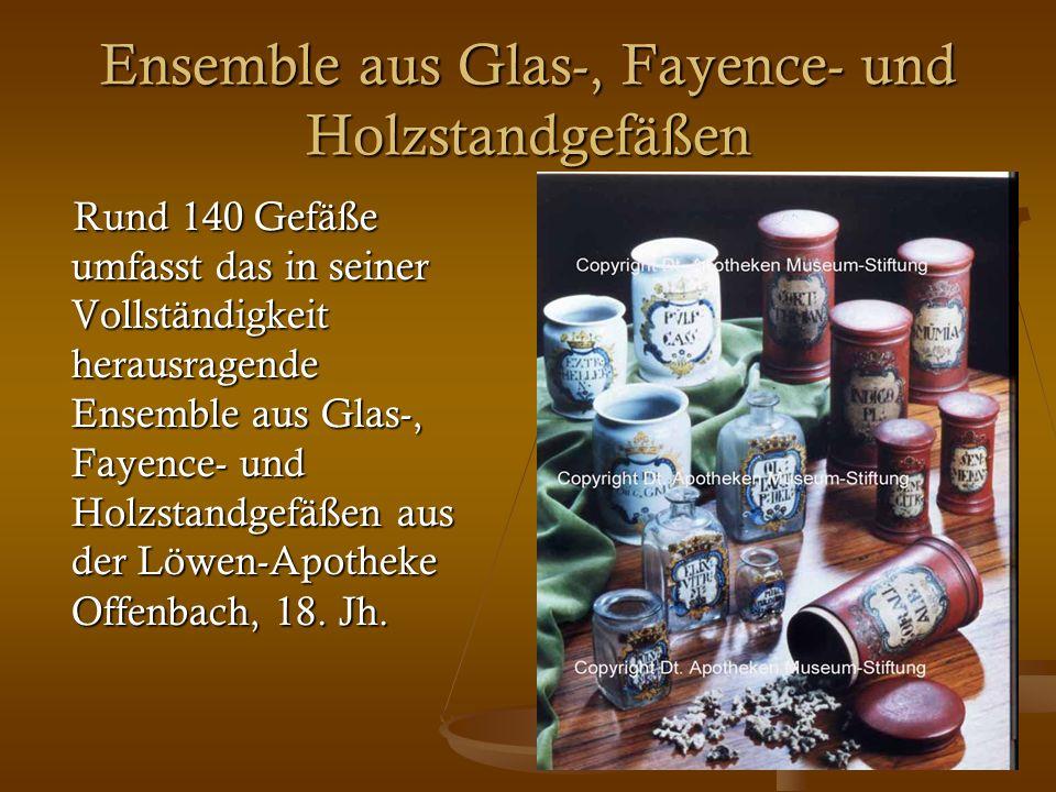 32 Ensemble aus Glas-, Fayence- und Holzstandgefäßen Rund 140 Gefäße umfasst das in seiner Vollständigkeit herausragende Ensemble aus Glas-, Fayence-