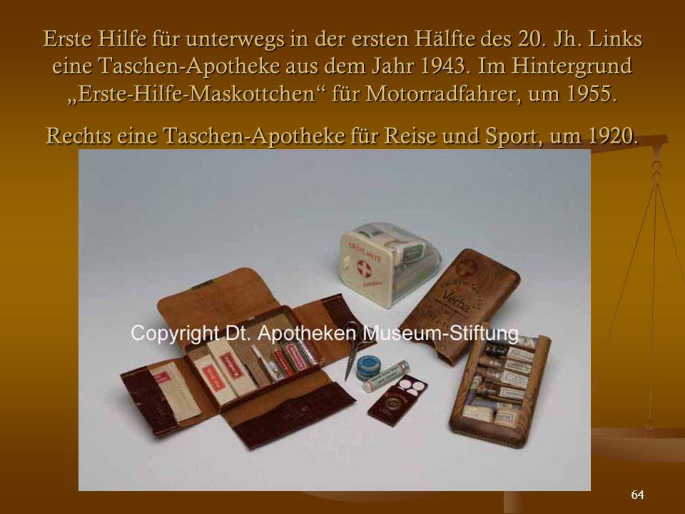 """64 Erste Hilfe für unterwegs in der ersten Hälfte des 20. Jh. Links eine Taschen-Apotheke aus dem Jahr 1943. Im Hintergrund """"Erste-Hilfe-Maskottchen"""""""