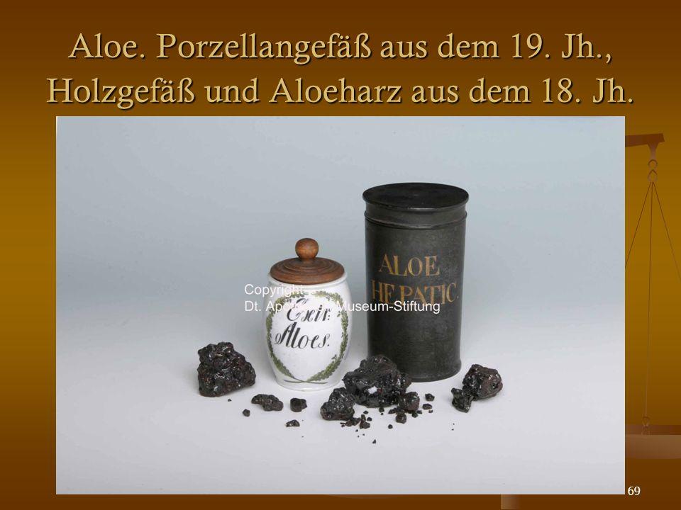 69 Aloe. Porzellangefäß aus dem 19. Jh., Holzgefäß und Aloeharz aus dem 18. Jh.