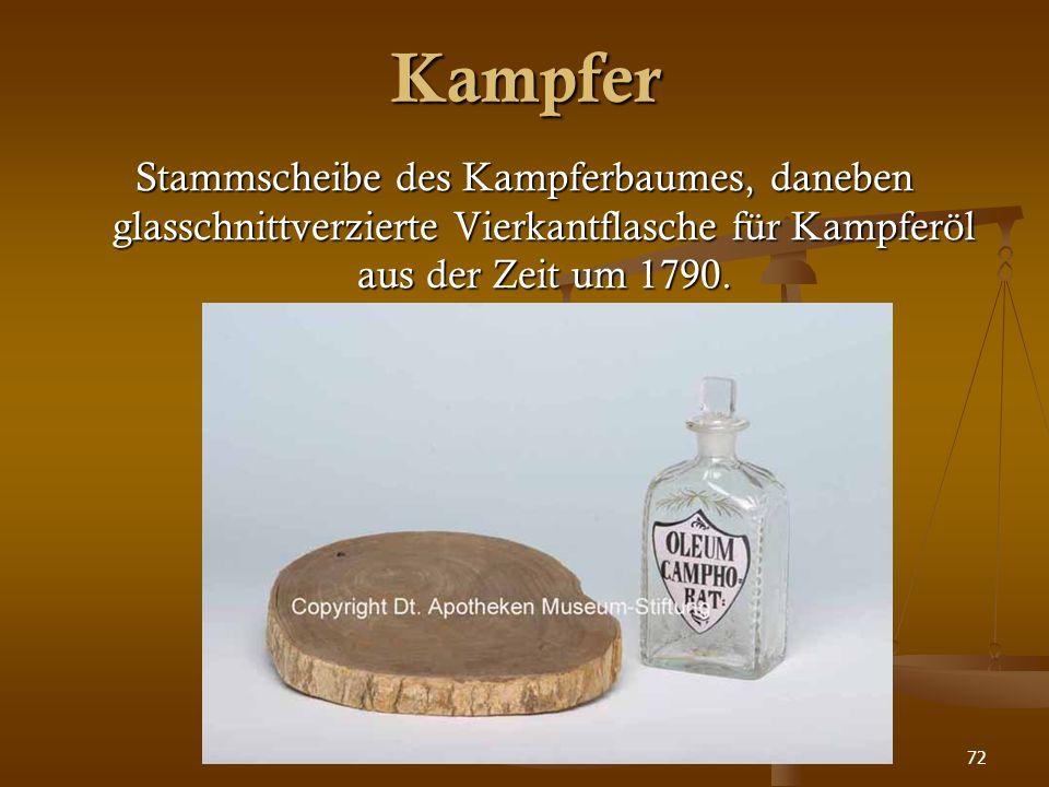 72 Kampfer Stammscheibe des Kampferbaumes, daneben glasschnittverzierte Vierkantflasche für Kampferöl aus der Zeit um 1790.