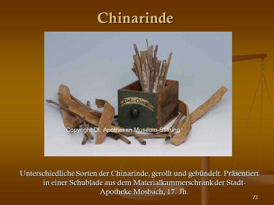 73 Chinarinde Unterschiedliche Sorten der Chinarinde, gerollt und gebündelt. Präsentiert in einer Schublade aus dem Materialkammerschrank der Stadt- A