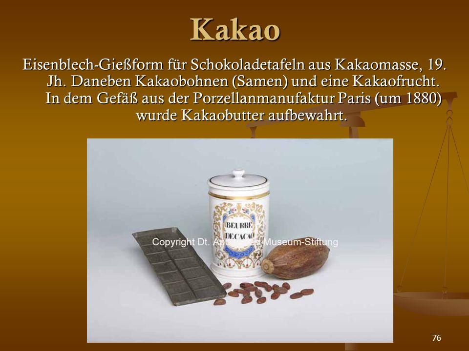 76 Kakao Eisenblech-Gießform für Schokoladetafeln aus Kakaomasse, 19. Jh. Daneben Kakaobohnen (Samen) und eine Kakaofrucht. In dem Gefäß aus der Porze
