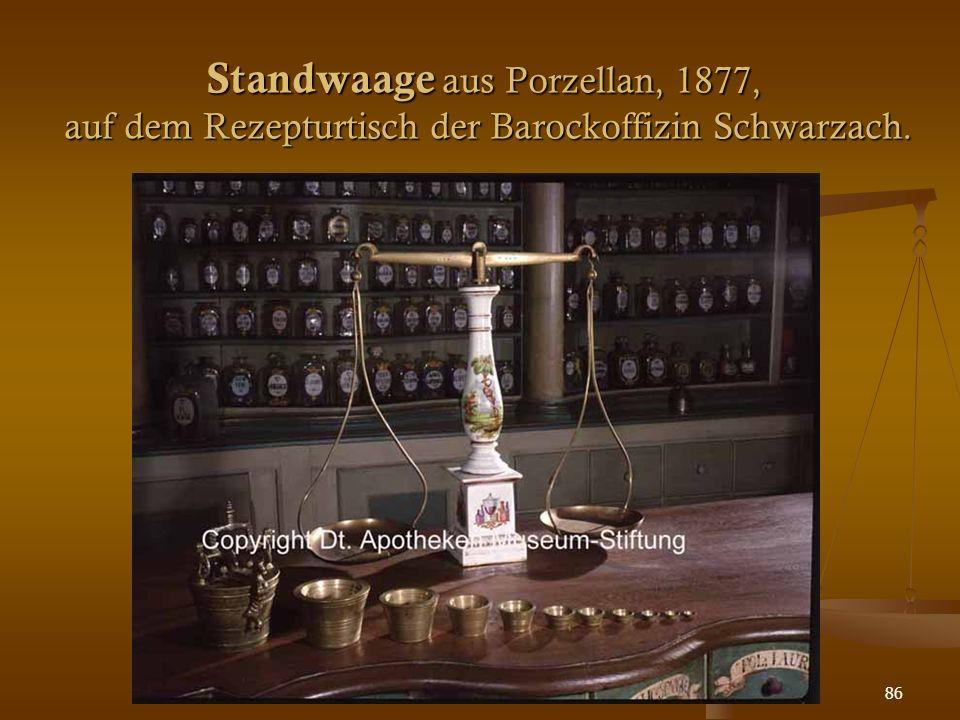 86 Standwaage aus Porzellan, 1877, auf dem Rezepturtisch der Barockoffizin Schwarzach.