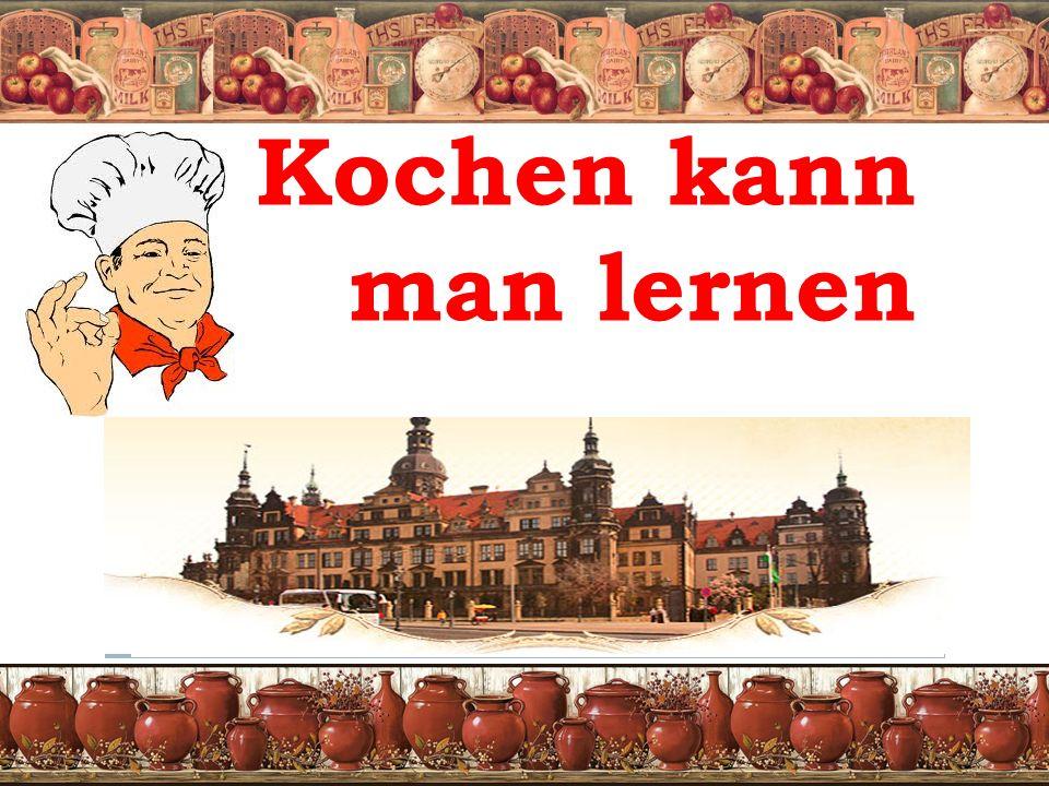 Deutscher Kartoffelsalat  Zutaten für 6 Personen:   100 g tiefgefrorene Erbsen 2 Gewürzgurken (aus dem Glas)  125 g Salat-Mayonnaise 150 g Vollmilch-Joghurt  Salz Pfeffer Zucker 1/2 Bund Schnittlauch  300 g Wiener Würstchen 1/3 Kartoffeln in Marinade  Erbsen auftauen lassen.