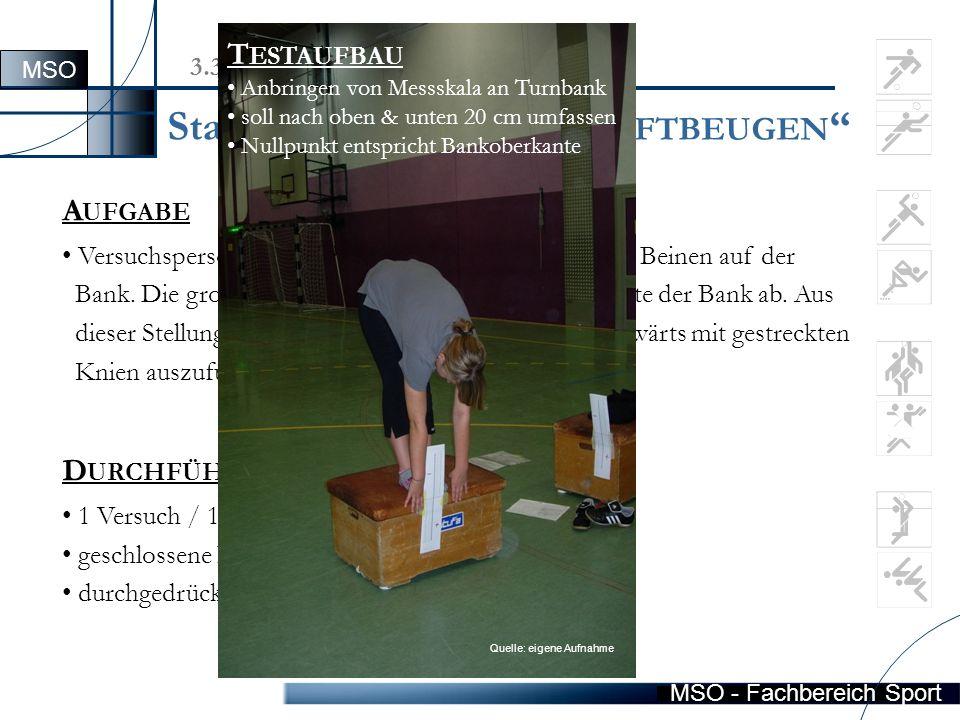 """MSO - Fachbereich Sport Station 3  """"R UMPF -/H ÜFTBEUGEN A UFGABE Versuchsperson steht ohne Schuhe mit geschlossenen Beinen auf der Bank."""