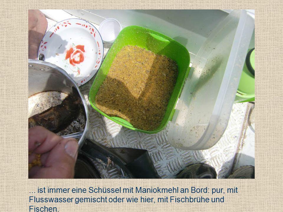 Gegessen wird das Maniokmehl einfach mit der Hand vom Teller oder aus einem Gemeinschaftstopf.
