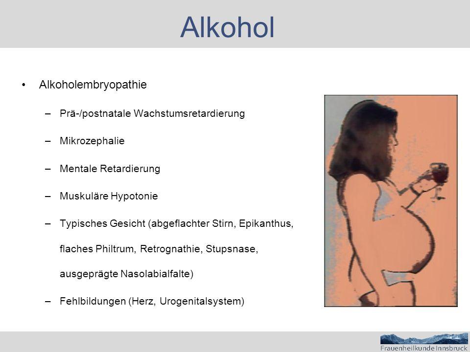 Alkohol Alkoholembryopathie –Prä-/postnatale Wachstumsretardierung –Mikrozephalie –Mentale Retardierung –Muskuläre Hypotonie –Typisches Gesicht (abgeflachter Stirn, Epikanthus, flaches Philtrum, Retrognathie, Stupsnase, ausgeprägte Nasolabialfalte) –Fehlbildungen (Herz, Urogenitalsystem)