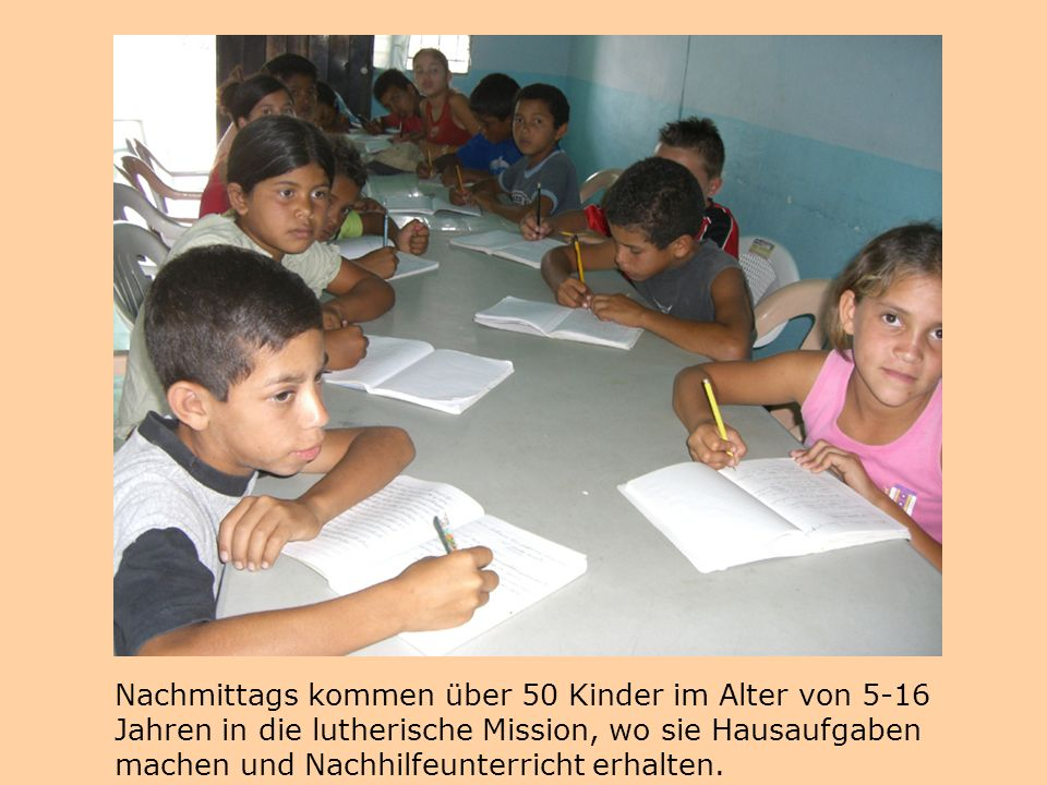 Nachmittags kommen über 50 Kinder im Alter von 5-16 Jahren in die lutherische Mission, wo sie Hausaufgaben machen und Nachhilfeunterricht erhalten.