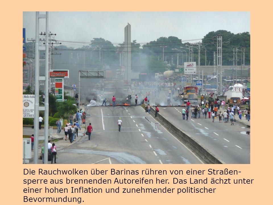 Die Rauchwolken über Barinas rühren von einer Straßen- sperre aus brennenden Autoreifen her. Das Land ächzt unter einer hohen Inflation und zunehmende