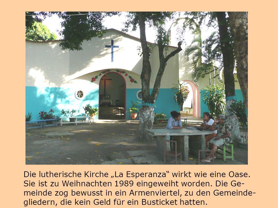 """Die lutherische Kirche """"La Esperanza"""" wirkt wie eine Oase. Sie ist zu Weihnachten 1989 eingeweiht worden. Die Ge- meinde zog bewusst in ein Armenviert"""