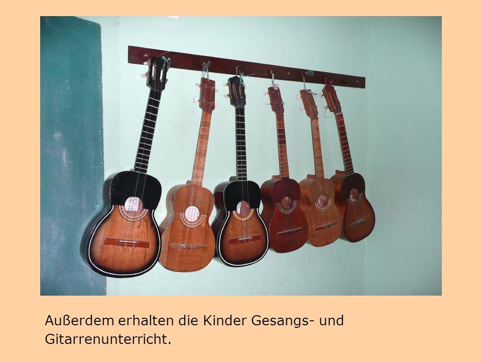 Außerdem erhalten die Kinder Gesangs- und Gitarrenunterricht.