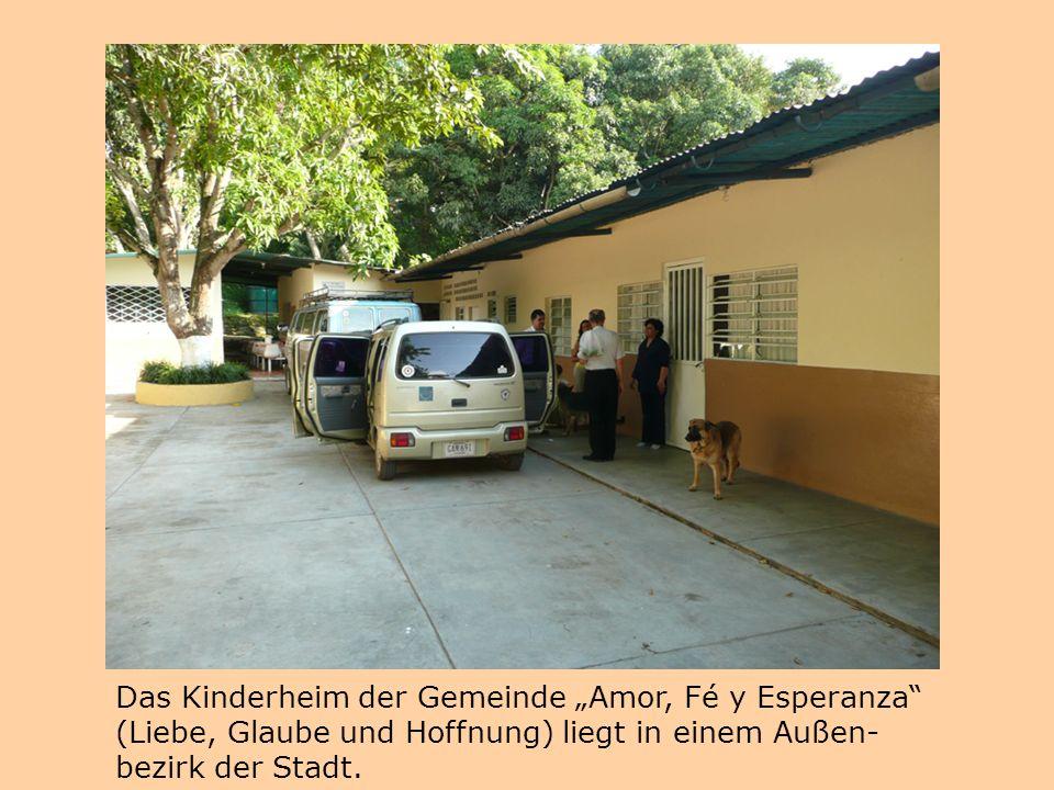 """Das Kinderheim der Gemeinde """"Amor, Fé y Esperanza"""" (Liebe, Glaube und Hoffnung) liegt in einem Außen- bezirk der Stadt."""
