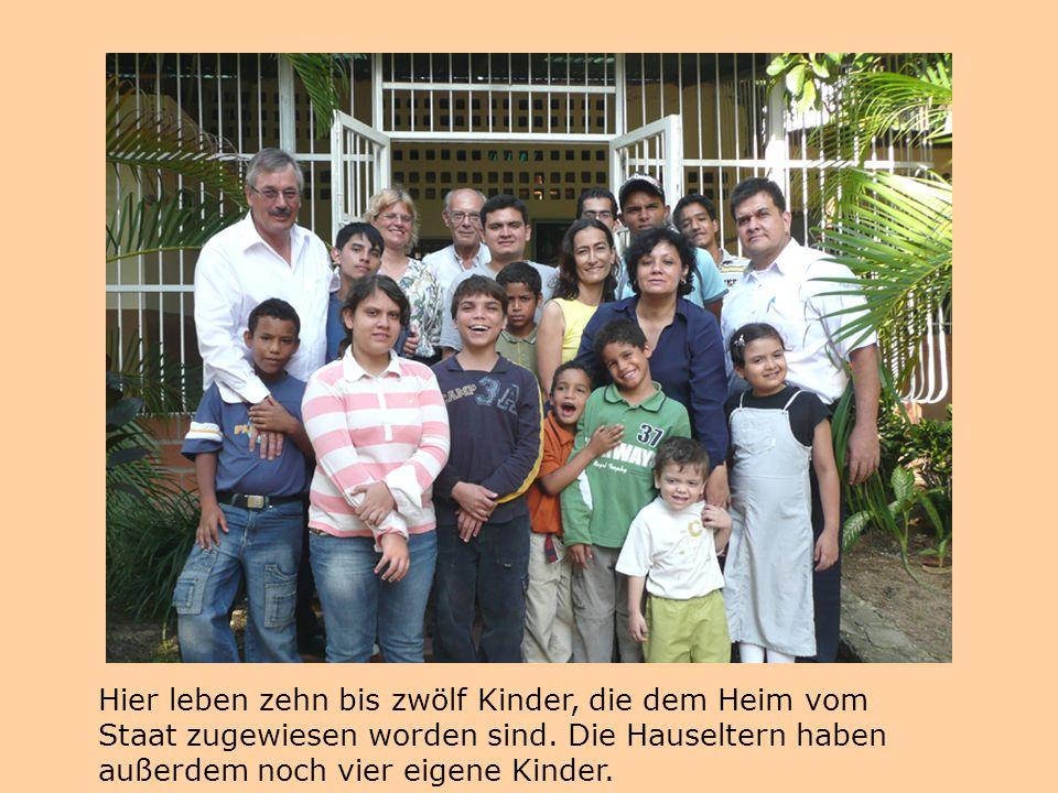 Hier leben zehn bis zwölf Kinder, die dem Heim vom Staat zugewiesen worden sind. Die Hauseltern haben außerdem noch vier eigene Kinder.