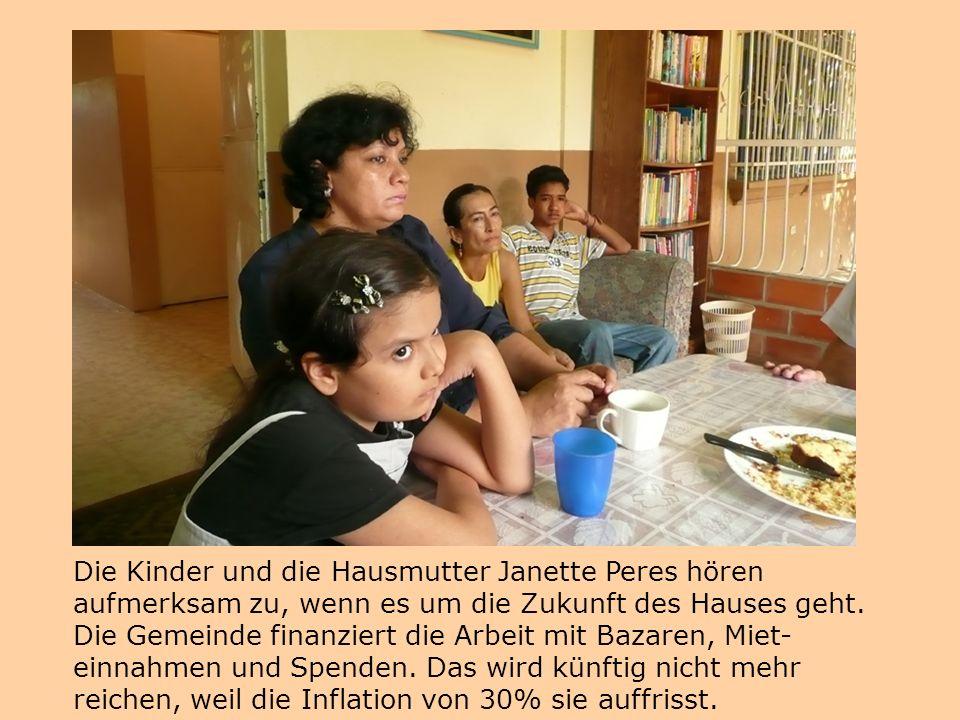 Die Kinder und die Hausmutter Janette Peres hören aufmerksam zu, wenn es um die Zukunft des Hauses geht.