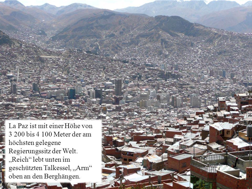La Paz ist mit einer Höhe von 3 200 bis 4 100 Meter der am höchsten gelegene Regierungssitz der Welt.