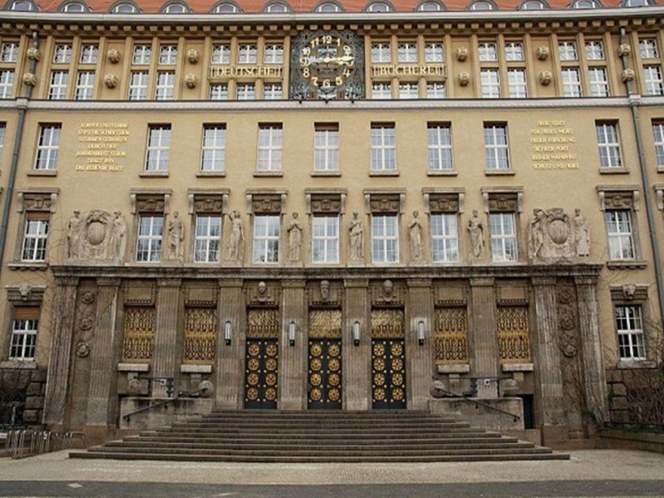 G ESCHICHTE Im deutschen Sprachraum gab es aufgrund der föderalistischen Struktur und geschichtlichen Entwicklung bis 1912 keine Bibliothek, die die nationalbibliothekarischen Aufgaben zentral betreute.