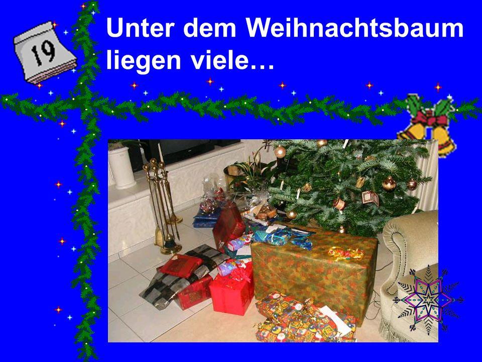 Unter dem Weihnachtsbaum liegen viele…