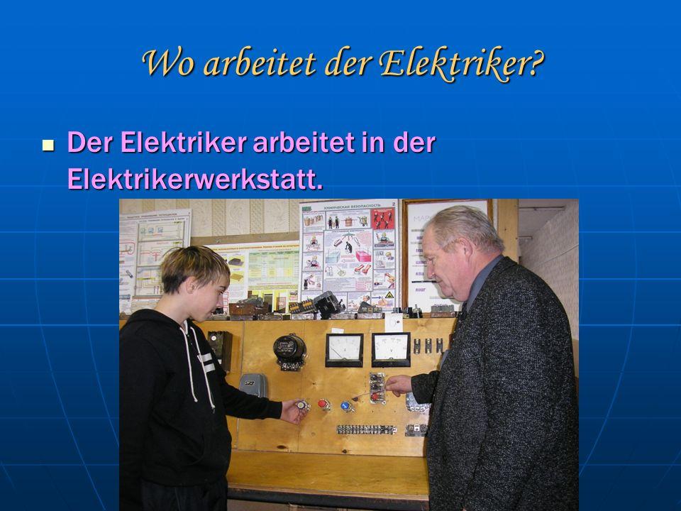 Wo arbeitet der Elektriker. Der Elektriker arbeitet in der Elektrikerwerkstatt.