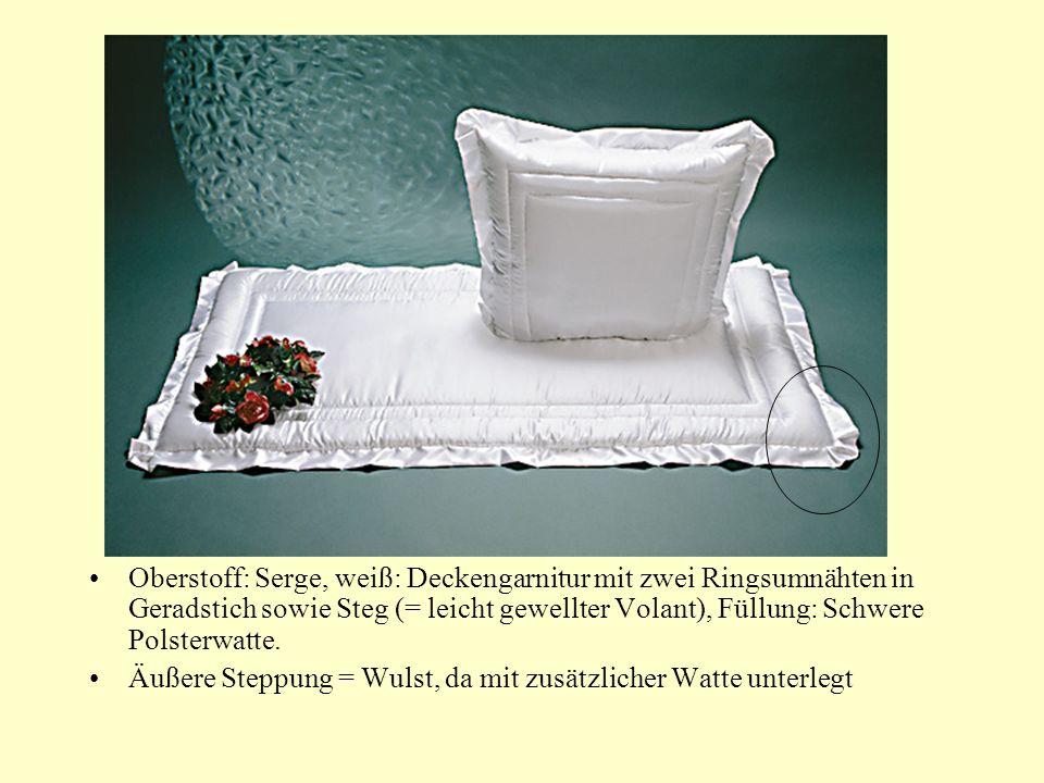 Oberstoff: Serge, weiß: Deckengarnitur mit zwei Ringsumnähten in Geradstich sowie Steg (= leicht gewellter Volant), Füllung: Schwere Polsterwatte.