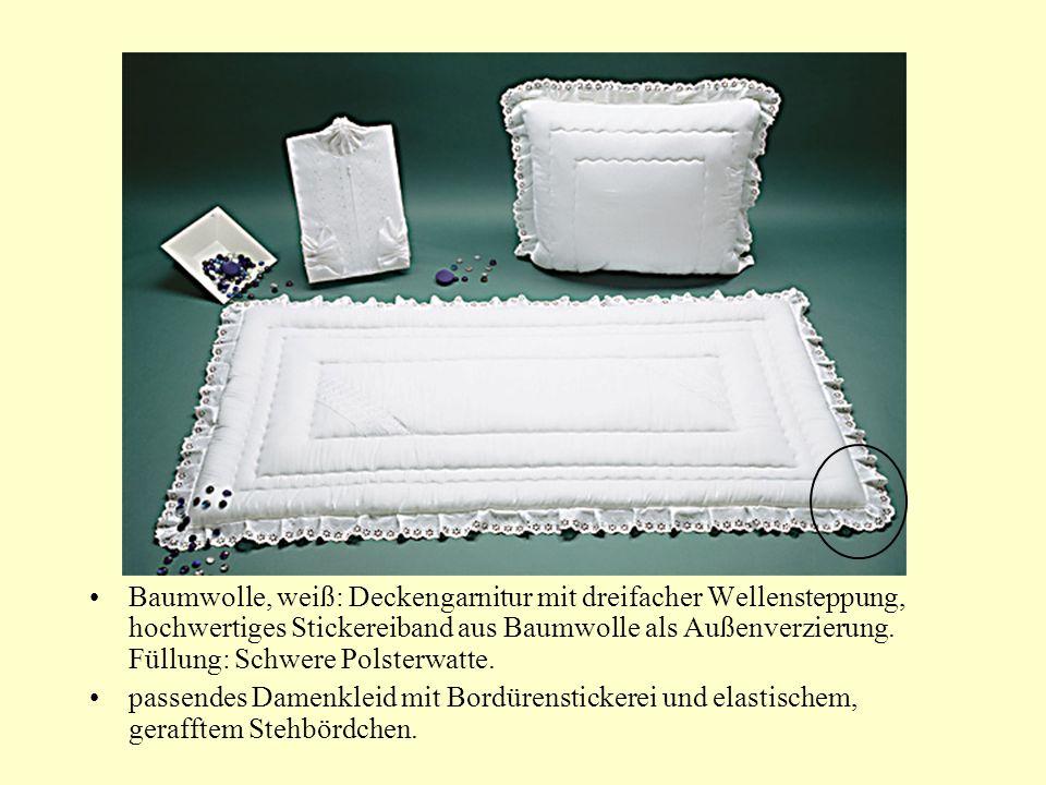 Baumwolle, weiß: Deckengarnitur mit dreifacher Wellensteppung, hochwertiges Stickereiband aus Baumwolle als Außenverzierung.