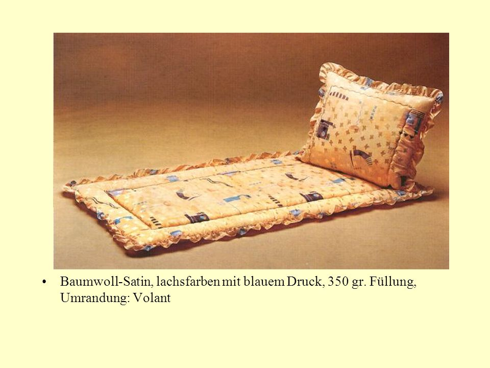 Baumwoll-Satin, lachsfarben mit blauem Druck, 350 gr. Füllung, Umrandung: Volant
