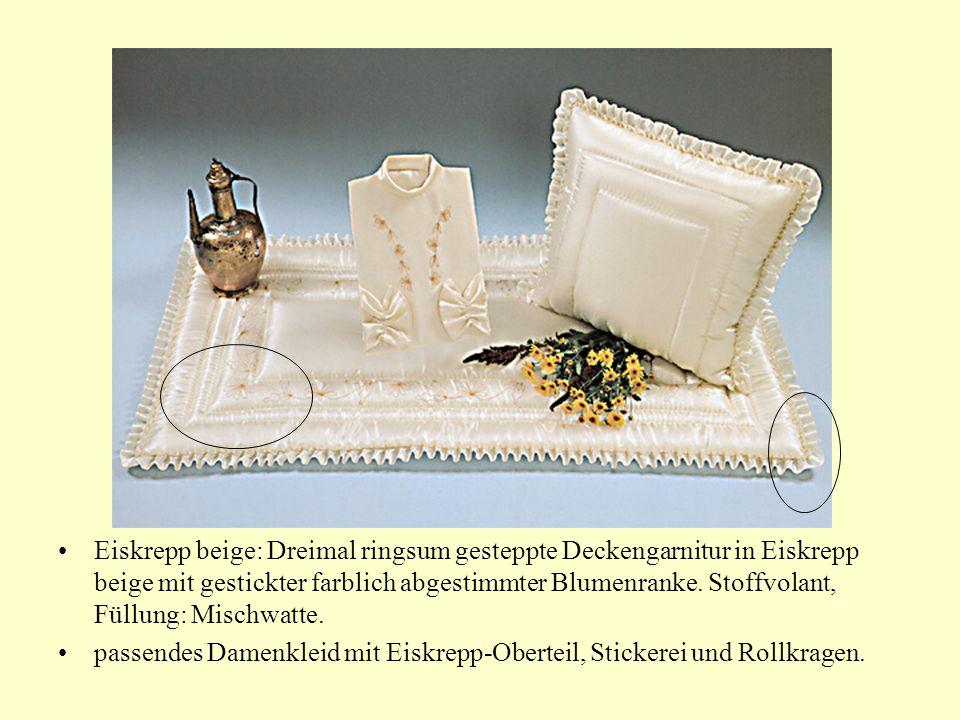 Eiskrepp beige: Dreimal ringsum gesteppte Deckengarnitur in Eiskrepp beige mit gestickter farblich abgestimmter Blumenranke.