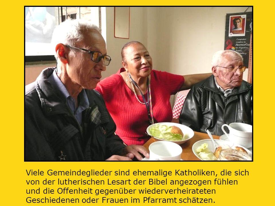 Viele Gemeindeglieder sind ehemalige Katholiken, die sich von der lutherischen Lesart der Bibel angezogen fühlen und die Offenheit gegenüber wiederverheirateten Geschiedenen oder Frauen im Pfarramt schätzen.