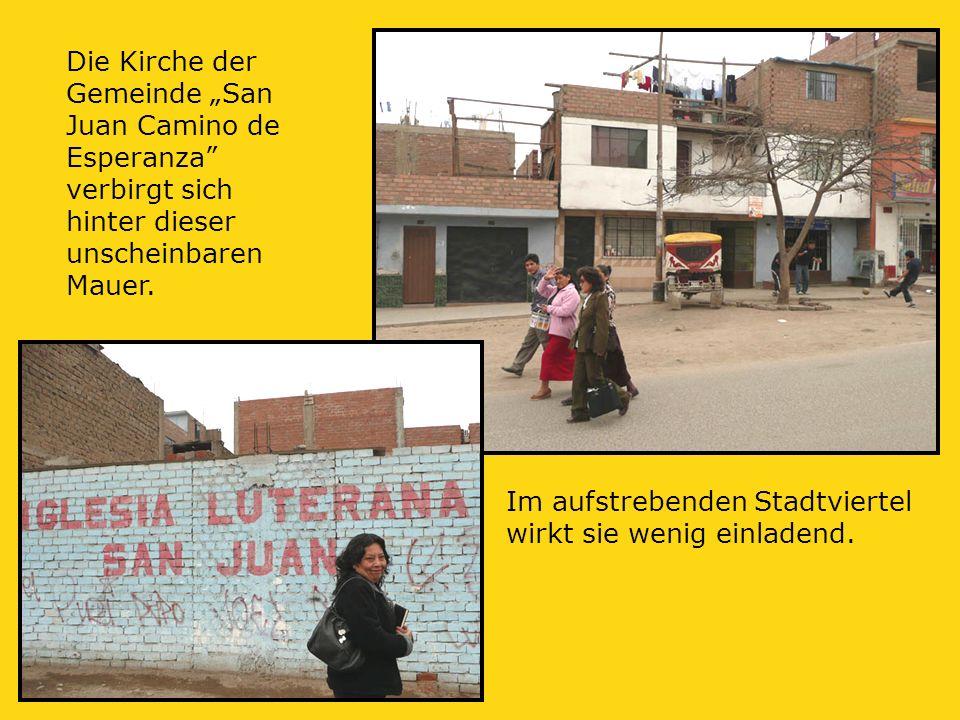 """Die Kirche der Gemeinde """"San Juan Camino de Esperanza verbirgt sich hinter dieser unscheinbaren Mauer."""